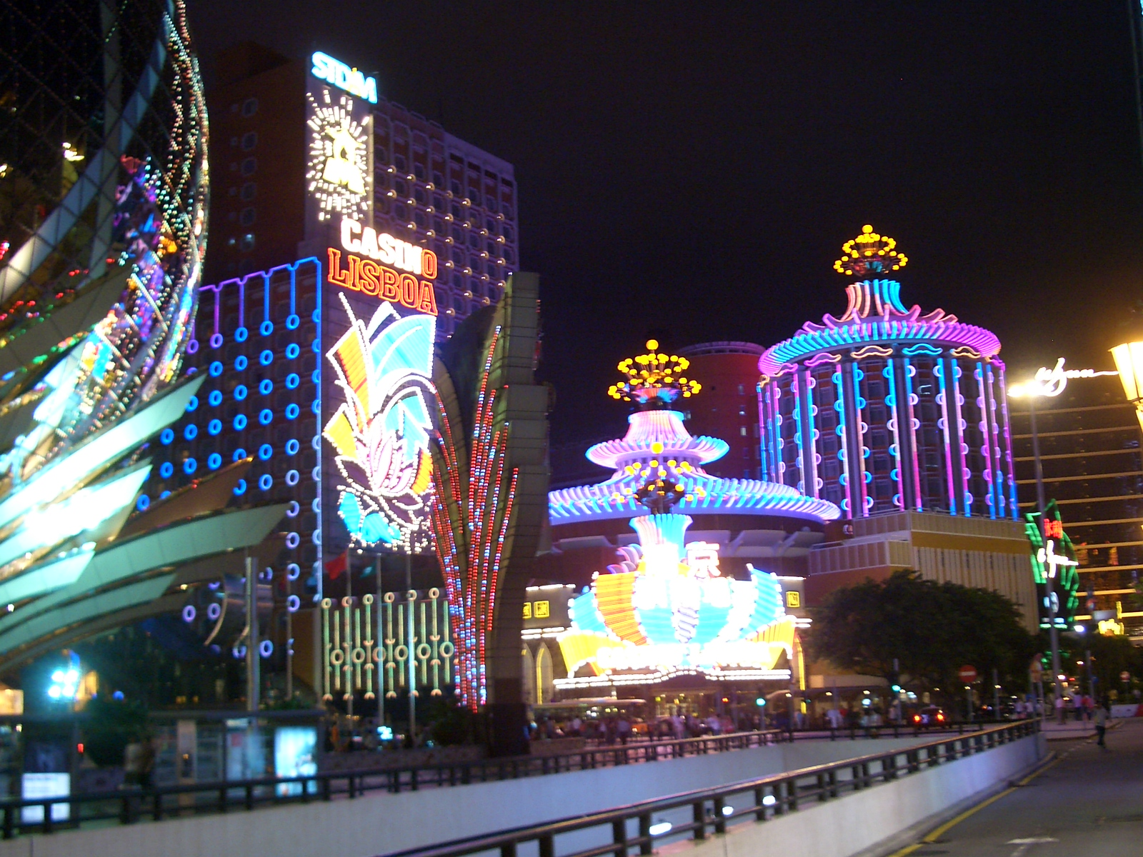 Macau-Casino-Lisboa-at-night-0824